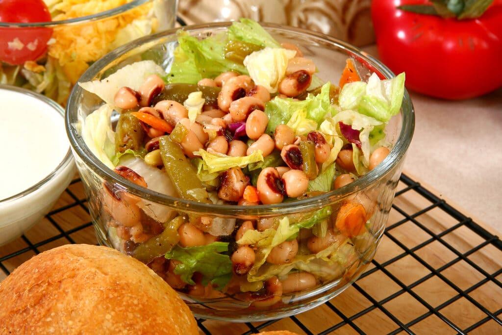 Фото рецепта - Салат с фасолью и помидорами - шаг 4