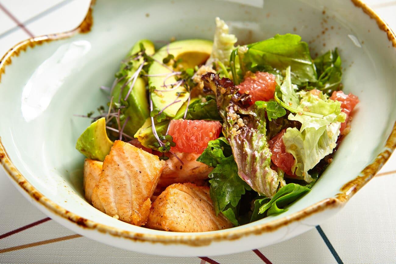 Салат с жареным лососем, авокадо и грейпфрутом
