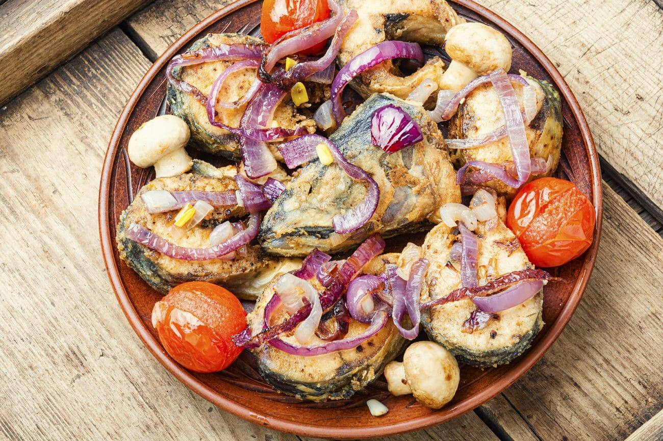 Скумбрия жареная с овощами