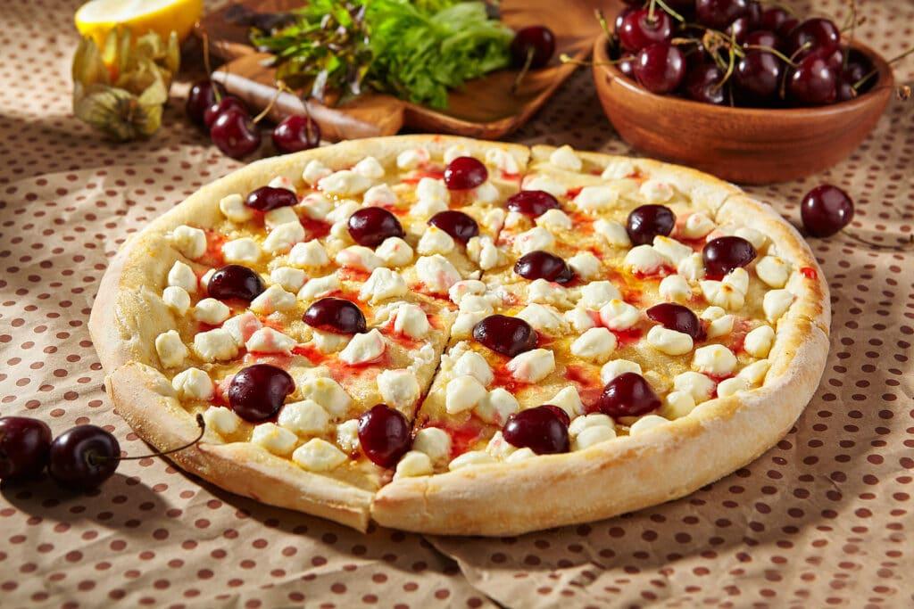 Фото рецепта - Сладкая пицца с черешней и сыром - шаг 5