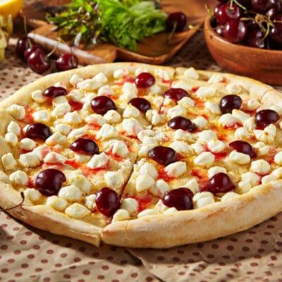 Сладкая пицца с черешней и сыром