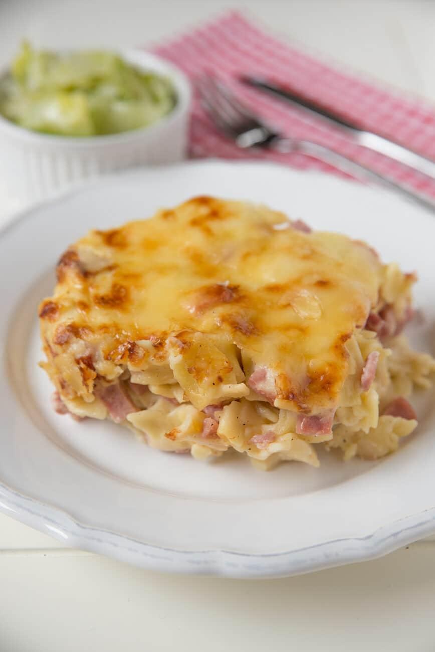 Сливочная запеченная паста с беконом и сыром