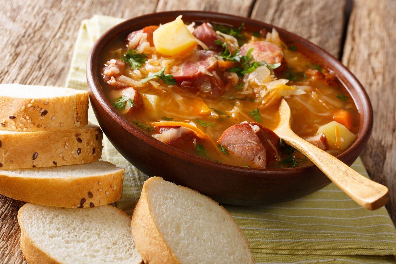 Суп из квашеной капусты и колбасок