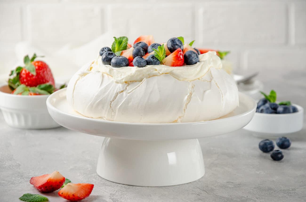 Торт-безе Павлова с ягодами