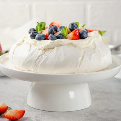 Торт-безе Павлова с ягодами - рецепт с фото