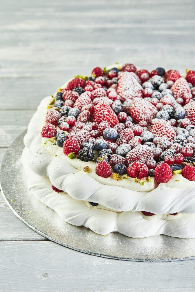 Фото рецепта - Торт-безе с ягодами - шаг 13