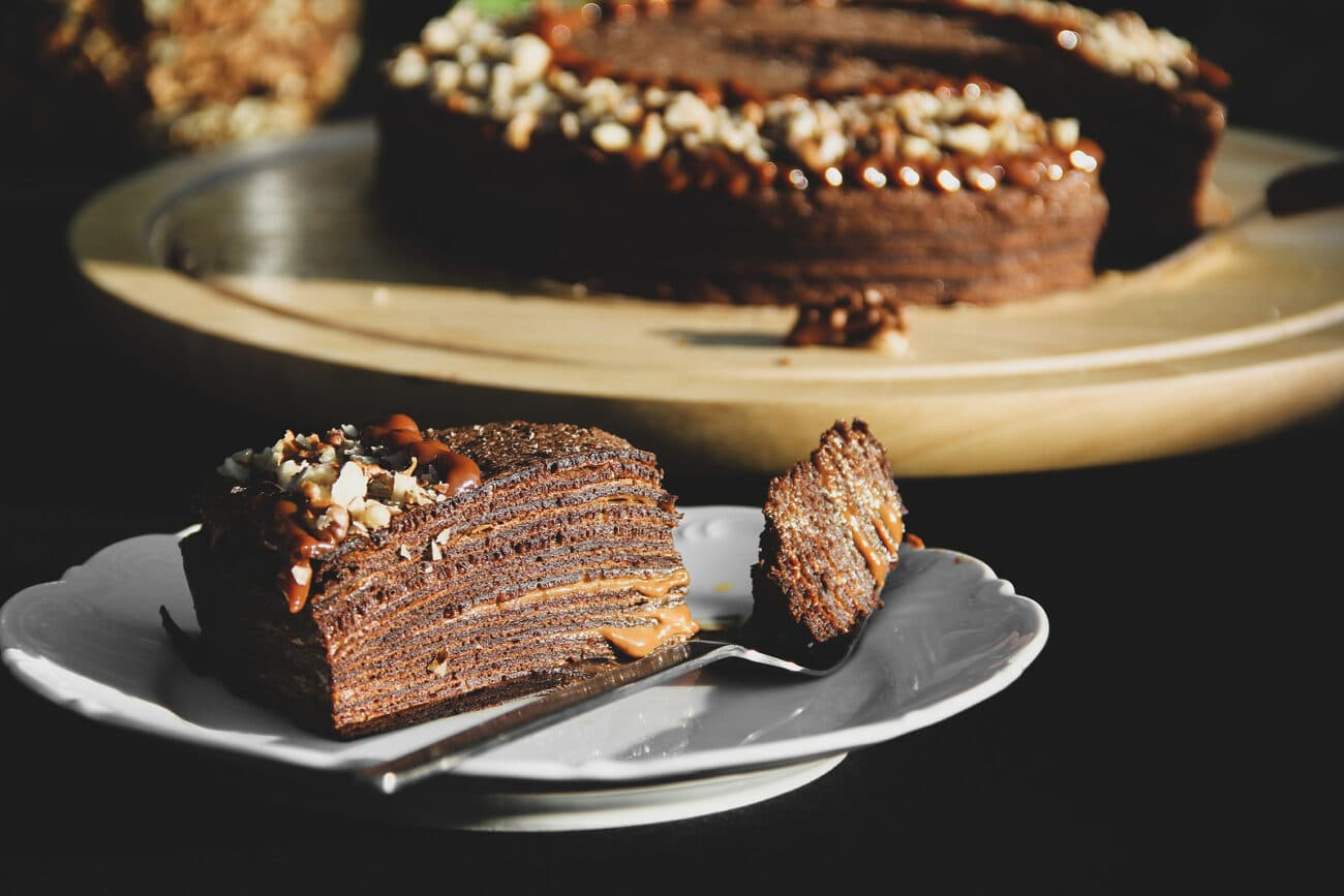 Торт из шоколадных блинов