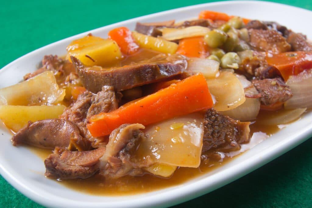 Фото рецепта - Тушеный язык с овощами - шаг 6