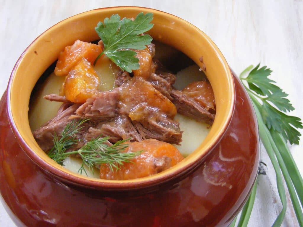 Фото рецепта - Тушеный кролик с овощами в горшочке - шаг 6
