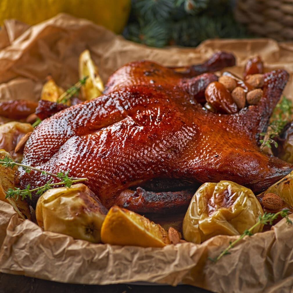 Фото рецепта - Утка, запеченная с апельсинами и яблоками - шаг 5