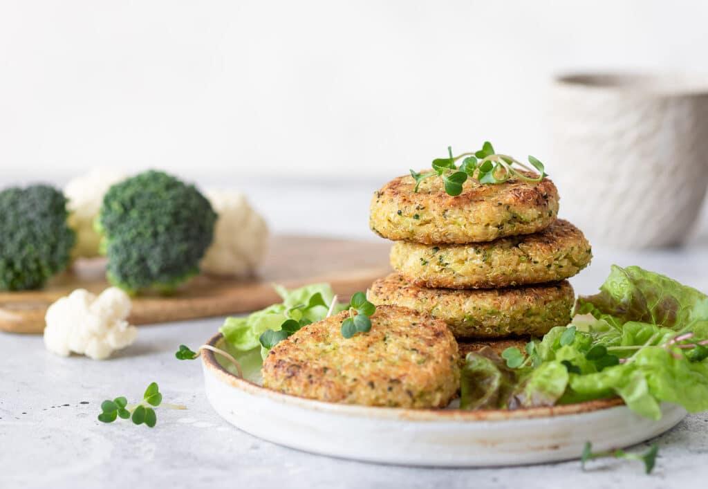 Фото рецепта - Вегетарианские котлеты с киноа, броколли и цветной капустой - шаг 6