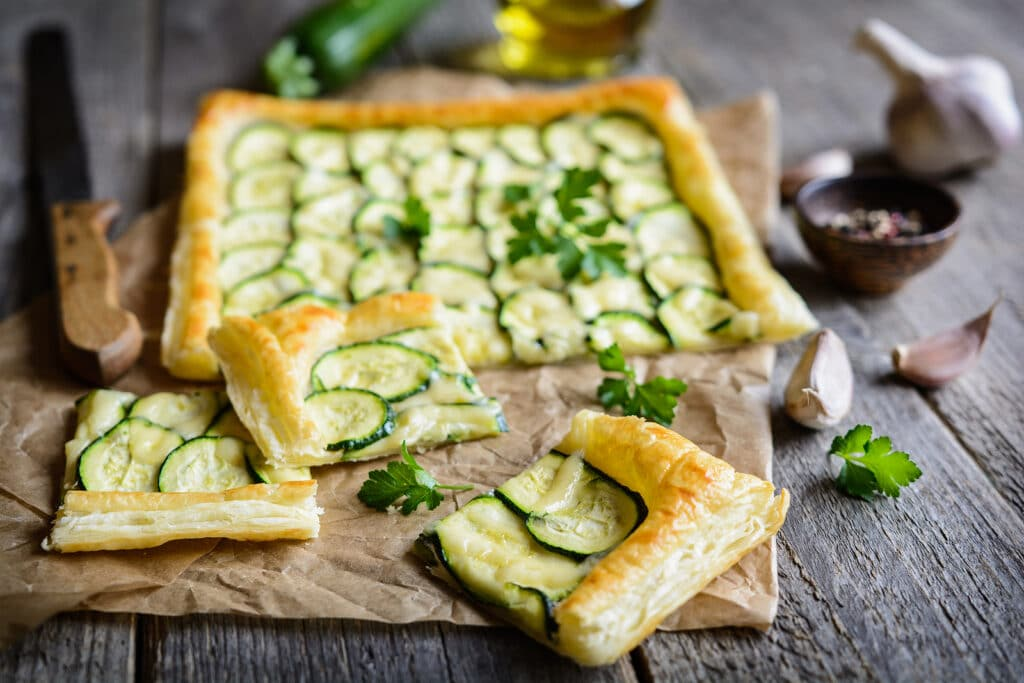Фото рецепта - Вегетарианский пирог с цукини и чесноком - шаг 7
