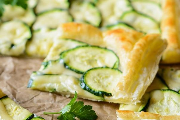 Фото рецепта - Вегетарианский пирог с цукини и чесноком - шаг 6