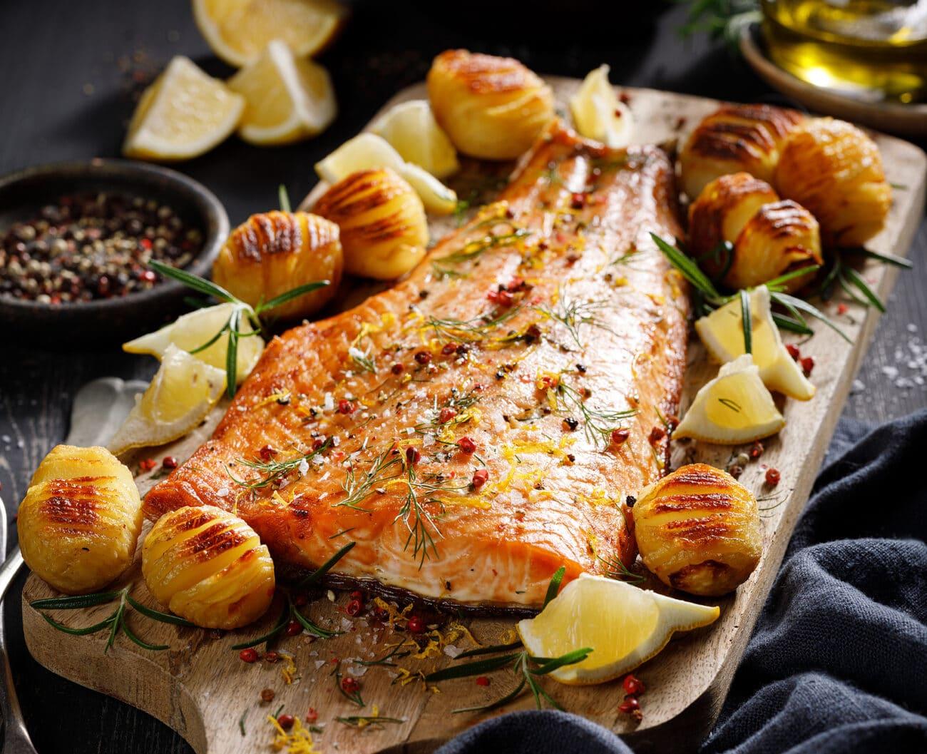 Запеченная красная рыба с картофелем
