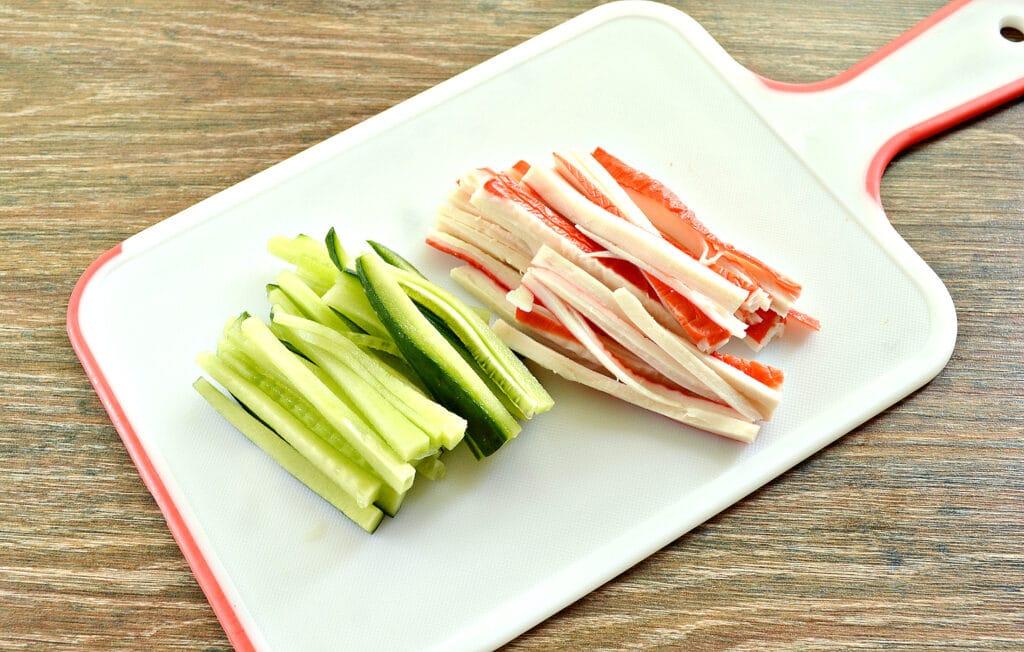 Фото рецепта - Шаурма с крабовыми палочками и огурцом - шаг 2