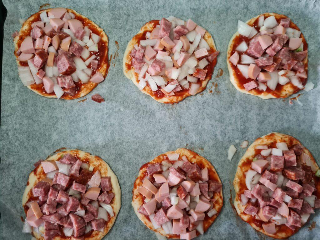 Фото рецепта - Мини-пиццы, как в школьной столовой - шаг 6