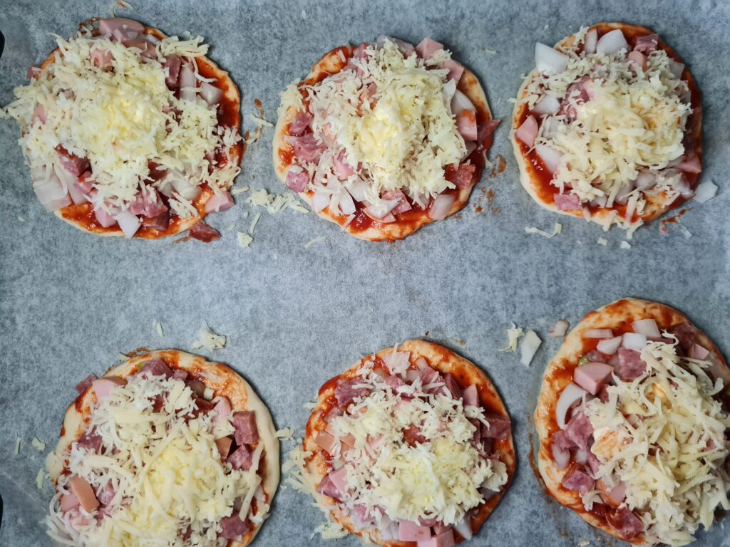 Фото рецепта - Мини-пиццы, как в школьной столовой - шаг 7