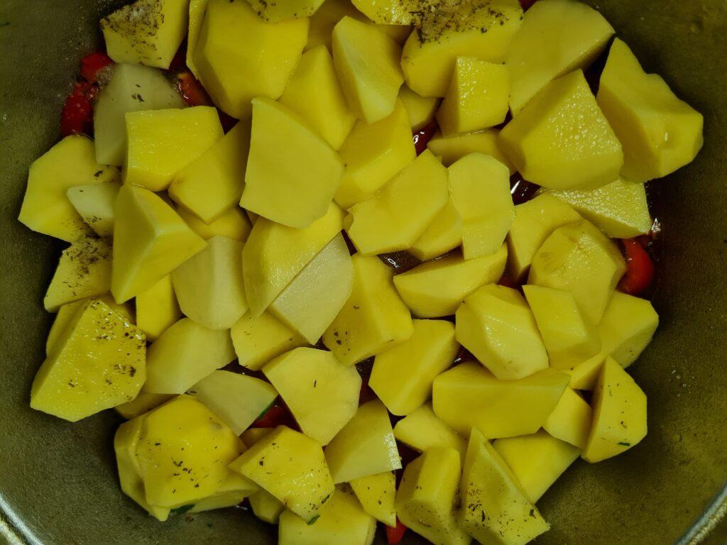 Фото рецепта - Тушёная говядина с овощами в казане - шаг 9