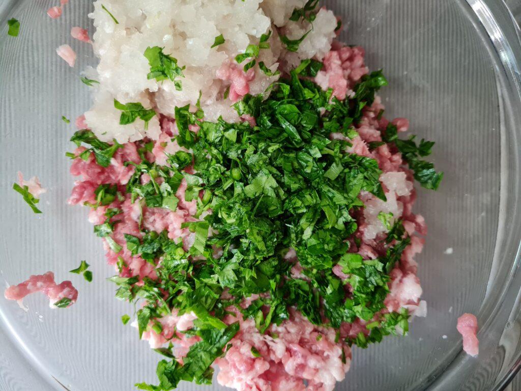 Фото рецепта - Мясные котлетки с овощами в духовке - шаг 1