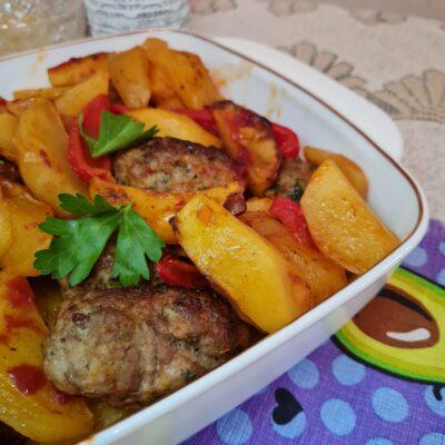 Мясные котлетки с овощами в духовке - рецепт с фото