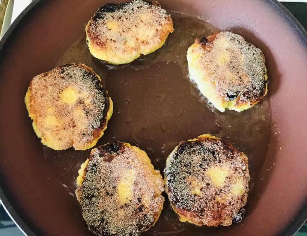 Фото рецепта - Сырники с манкой и изюмом - шаг 5