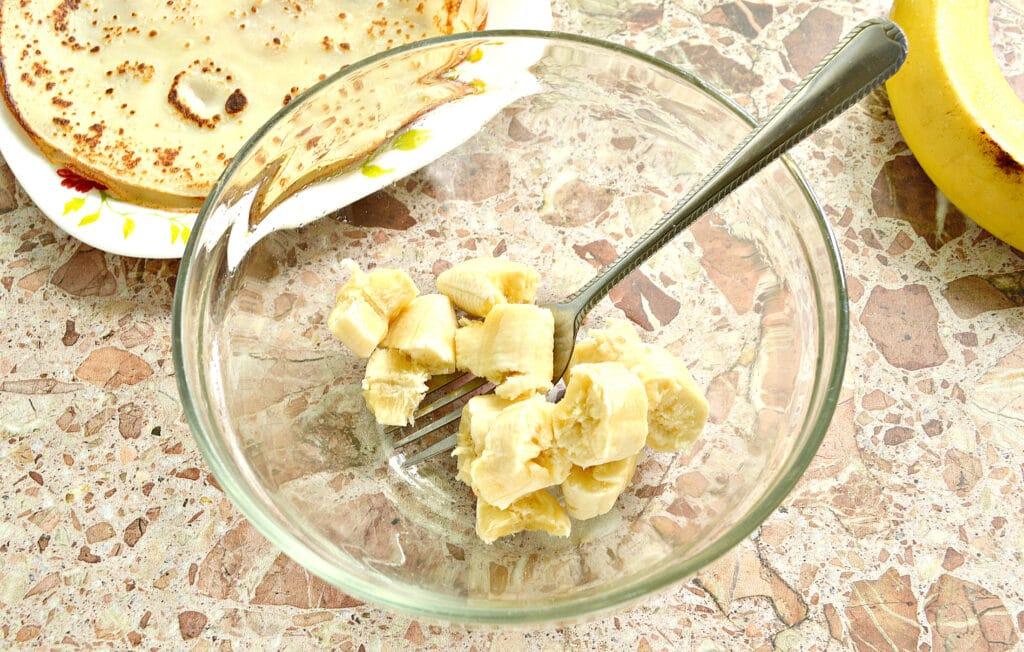 Фото рецепта - Блинчики с творожно-банановой начинкой - шаг 3