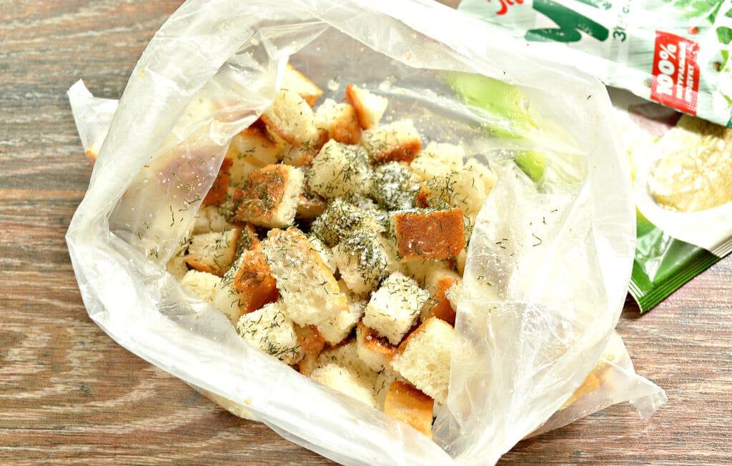 Фото рецепта - Сухарики из батона с чесноком и зеленью на сковороде - шаг 4