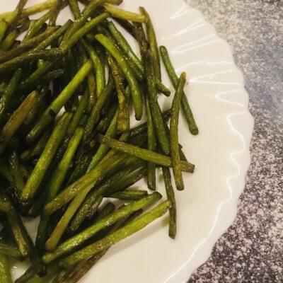 Жареные чесночные стрелки- простой рецепт - рецепт с фото