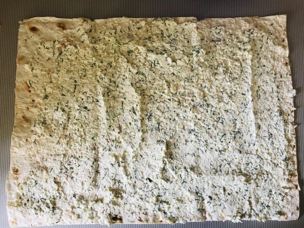 Фото рецепта - Рулет из лаваша с плавленым сыром и колбасой - шаг 4