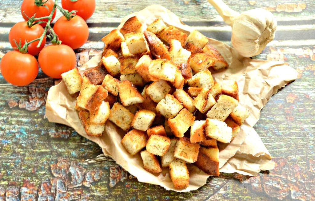 Фото рецепта - Сухарики из батона с чесноком и зеленью на сковороде - шаг 7