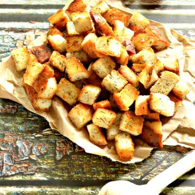 Сухарики из батона с чесноком и зеленью на сковороде - рецепт с фото