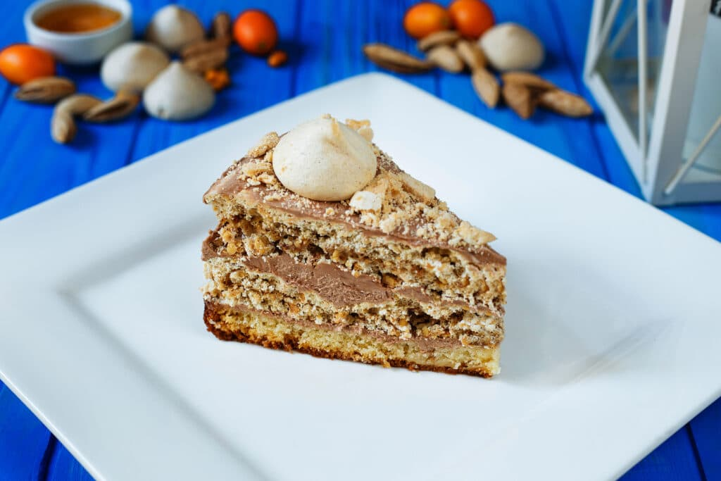 Фото рецепта - Бисквитный торт с безе и орешками - шаг 11
