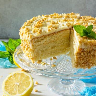 Бисквитный торт с лимонным кремом и орешками