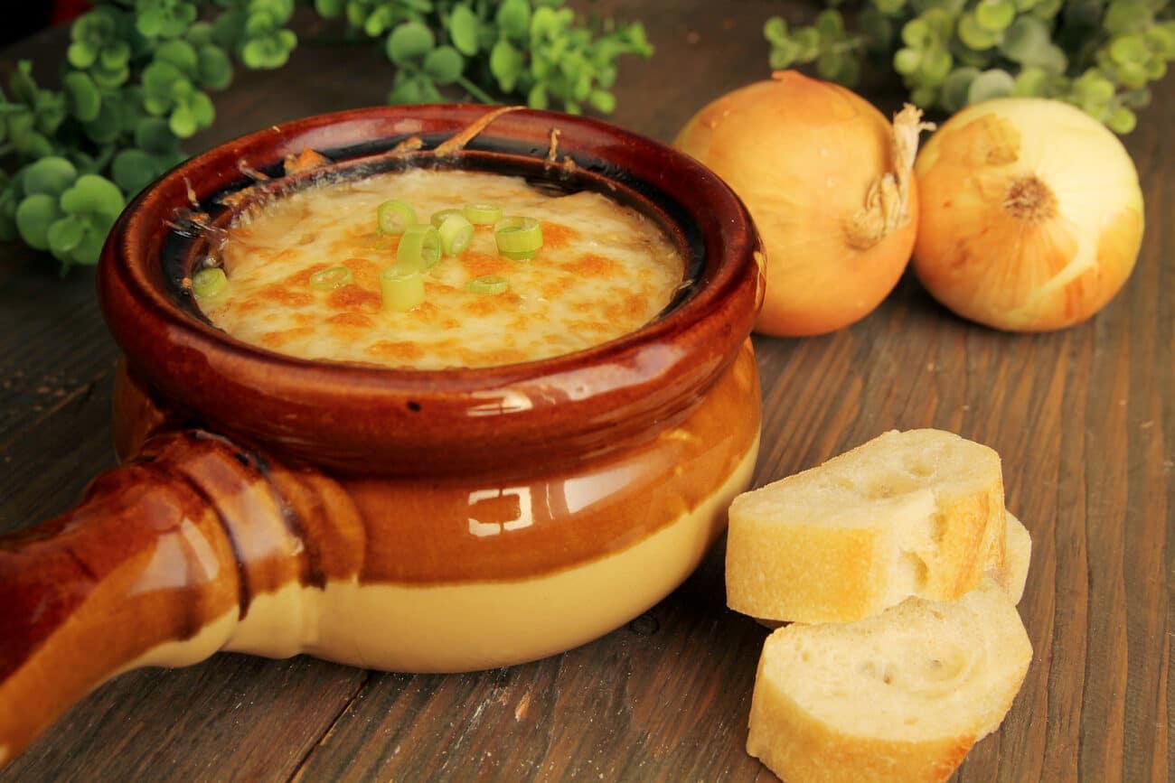 Французский луковый суп в горшочке