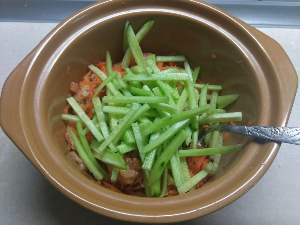 Фото рецепта - Салат с лососем, морковкой по-корейски и огурцами - шаг 3