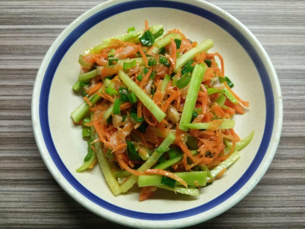 Фото рецепта - Салат с лососем, морковкой по-корейски и огурцами - шаг 5