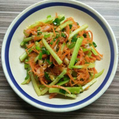 Салат с лососем, морковкой по-корейски и огурцами - рецепт с фото