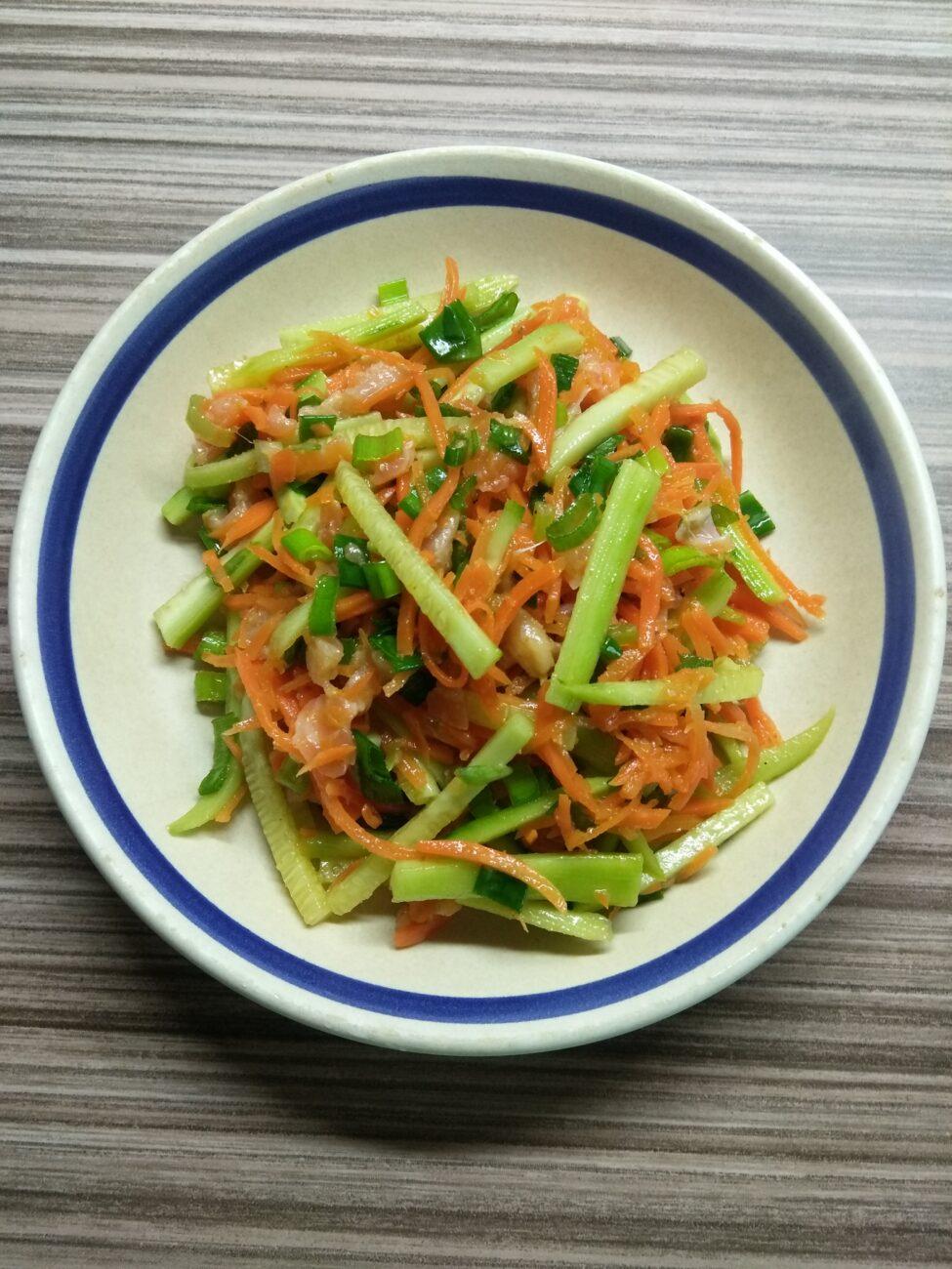 Салат с лососем, морковкой по-корейски и огурцами