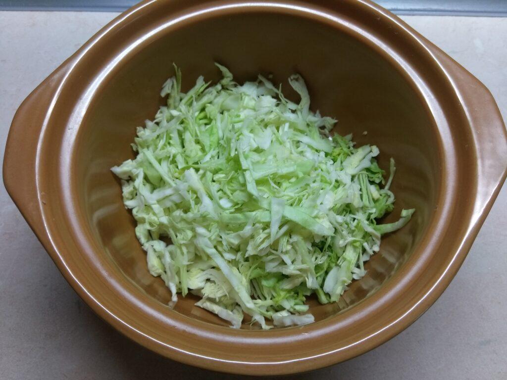Фото рецепта - Салат с крабовыми палочками, капустой и морковкой по-корейски - шаг 2