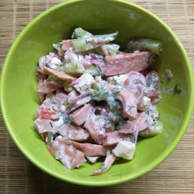 Салат с сардельками, редькой и огурцами - рецепт с фото