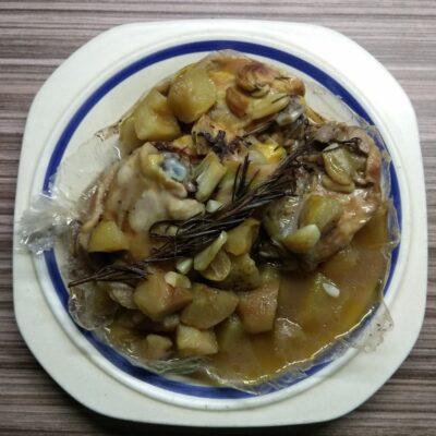 Куриные бедра, запеченные с яблоками и розмарином - рецепт с фото