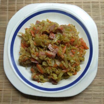 Молодая капуста, тушенная с рубленной колбасой и кабачками - рецепт с фото