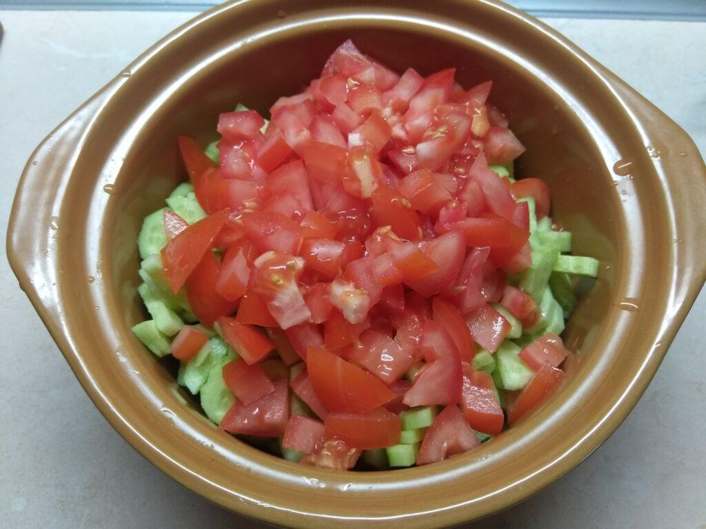 Фото рецепта - Салат с курицей, голубым сыром и свежими овощами - шаг 4