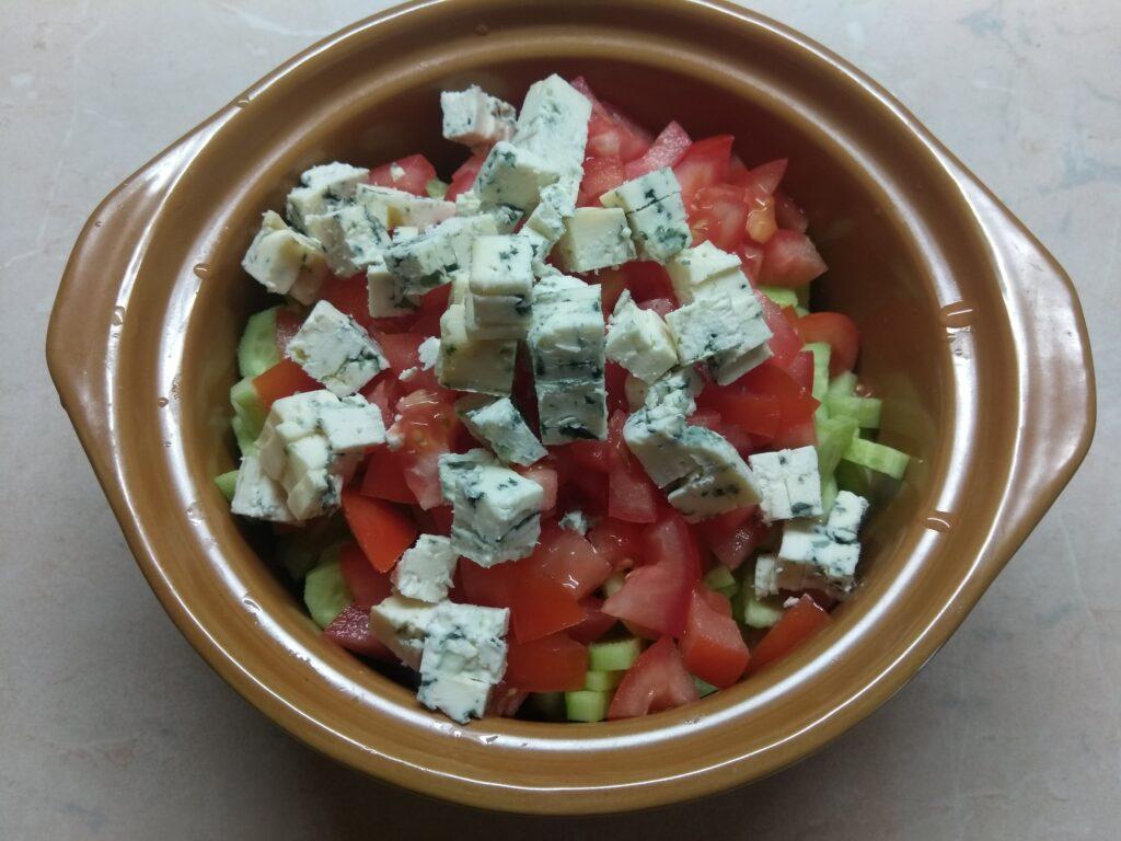 Фото рецепта - Салат с курицей, голубым сыром и свежими овощами - шаг 5
