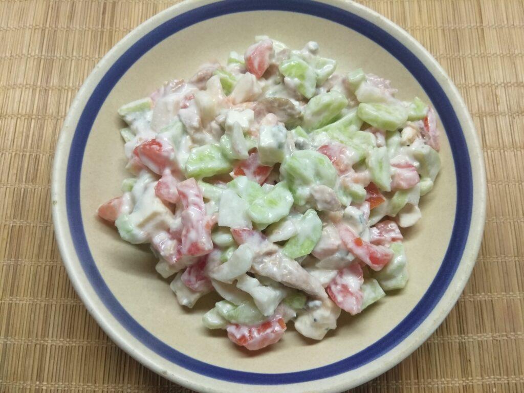 Фото рецепта - Салат с курицей, голубым сыром и свежими овощами - шаг 6