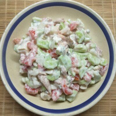 Салат с курицей, голубым сыром и свежими овощами - рецепт с фото