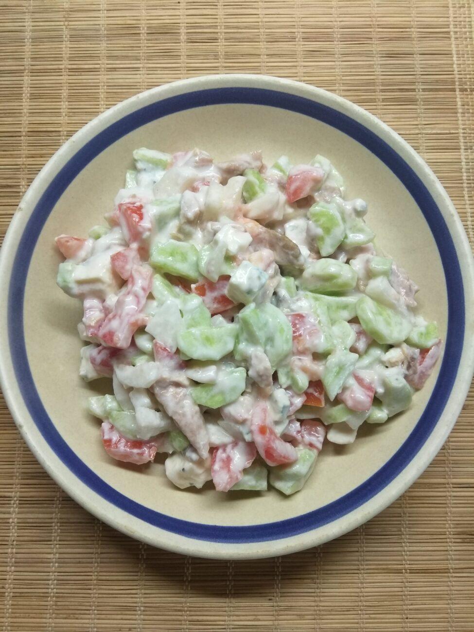 Салат с курицей, голубым сыром и свежими овощами