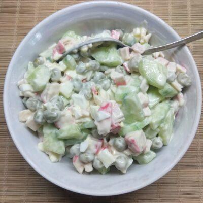 Салат с крабовыми палочками и овощами - рецепт с фото