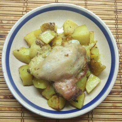 Куриные бедра, запеченные с молодым картофелем - рецепт с фото