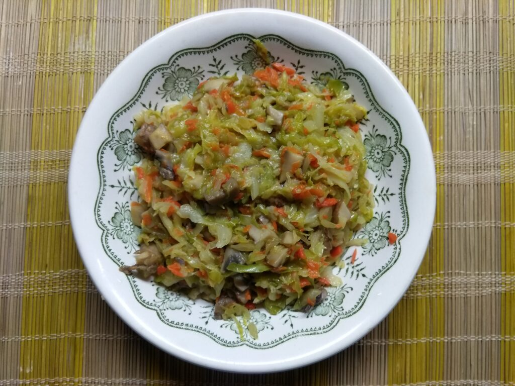 Фото рецепта - Капуста, тушенная с королевскими шампиньонами - шаг 6